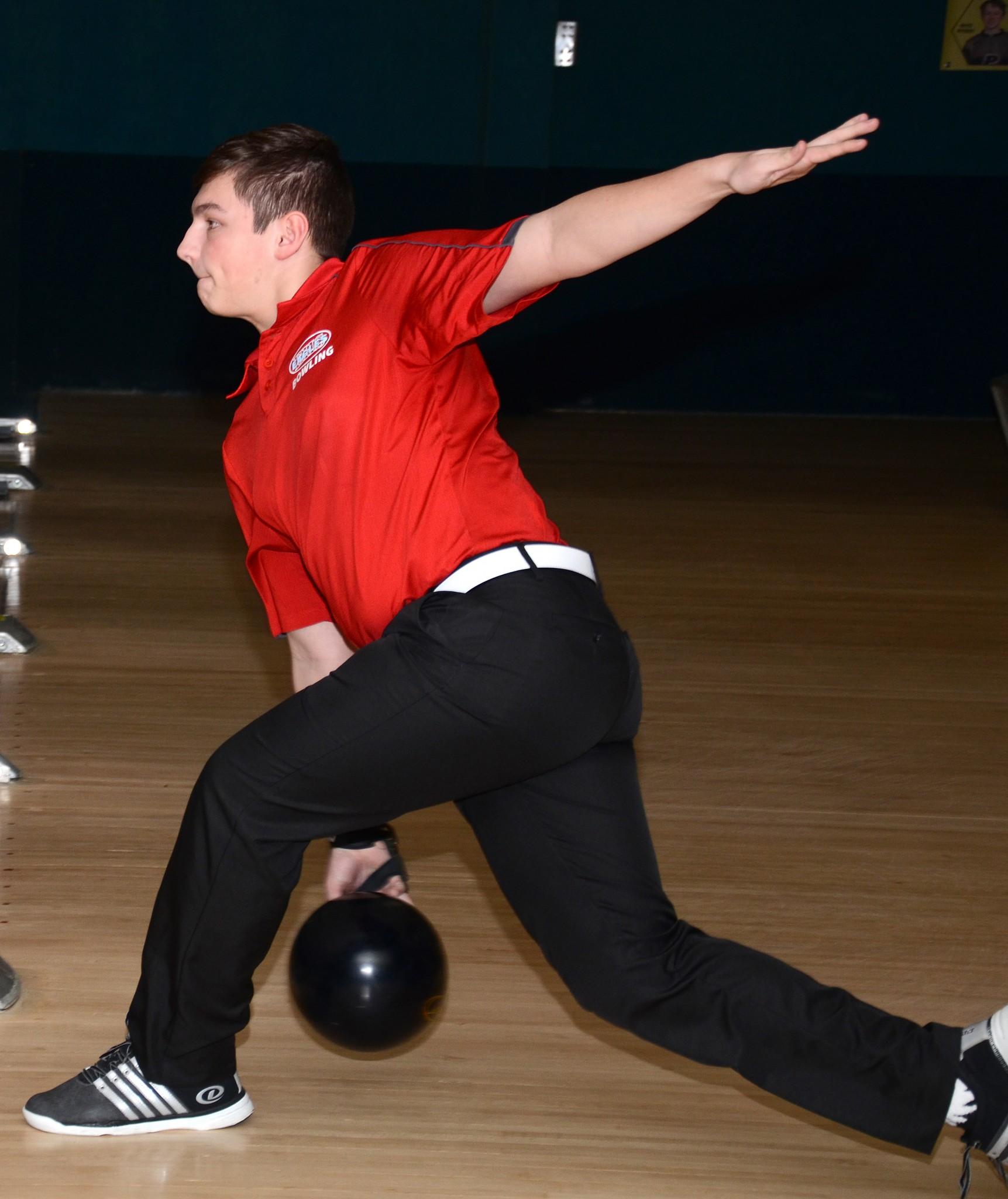 Eastwood bowler Noah Jankowski. (Press photo by Ken Grosjean)